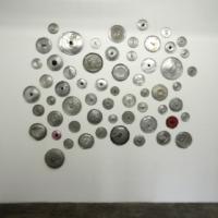 La oficina de mi madre (las que silencian), Armando Ruiz, 2013, Tapas de aluminio troqueladas, 210 x 230 cm aprox, Cortesía: Carmen Araujo Arte, Crédito de la foto: Carmen Araujo Arte.