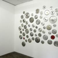 Vista de la instalación de La oficina de mi madre (las que silencian), Armando Ruiz, 2013, Tapas de aluminio troqueladas, 210 x 230 cm aprox, Cortesía: Carmen Araujo Arte, Crédito de la foto: Carmen Araujo Arte.
