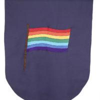 Banderín (Bandera indígena), 2015-2017. Tela de algodón bordada con hilo de rayón y barra de madera, 117 x 99 x 3 cm. Cortesía de Espacio KB