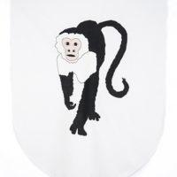 Banderín (Mono), 2015-2017. Tela de algodón bordada con hilo de rayón y barra de madera, 117 x 99 x 3 cm. Cortesía de Espacio KB