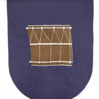 Banderín (Tamboril), 2015-2017. Tela de algodón bordada con hilo de rayón y barra de madera, 117 x 99 x 3 cm. Cortesía de Espacio KB