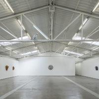 Michael Sailstorfer. Vista de instalación en Nubes y lágrimas, PROYECTOSMONCLOVA, Ciudad de México, 2017. Foto: Patrick López Jaimes. Cortesía del artista y PROYECTOSMONCLOVA