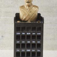 """Sapito, busto sobre juego de mesa """"sapito"""", 2017. Cortesía de Rovolver Galería"""
