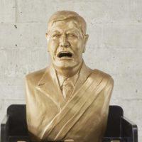 """Sapito (detalle), busto sobre juego de mesa """"sapito"""", 2017. Cortesía de Rovolver Galería"""