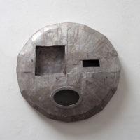 Michael Sailstorfer, M.59, 2017. Aluminio fundido, 100 x 105 x 23cm. Foto: Estudio Michael Sailstorfer. Cortesía del artista y PROYECTOSMONCLOVA