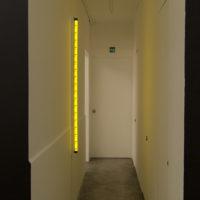 Javier M. Rodríguez, De nuevo, el sol abrasador, 2017. Lámpara LED, impresión backlight, aluminio y centro de carga. Cortesía de ESPAC y del artista