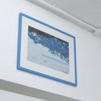 """Cristóbal Gracia, Aquatania; La edad de la violencia, 2017. MDF, azulejo veneciano """"Acapulco"""" y tres fotografías light jet c print. Cortesía de ESPAC y del artista"""