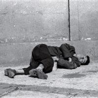 Dormidos V, de la serie Los dormidos, 1979. Copia digital. Cortesía de la artista © Paz Errázuriz