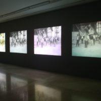 Alexander Apóstol. Vista de la instalaciónSalida de los obreros del museo, MALBA, Buenos Aires, 2017. Fotografía: PH:Guyot/Mendoza. Cortesía de MALBA