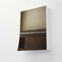 Sin título 5 (Partidas Simultáneas), 2017. Fotografía impresa Inkjet sobre papel. Enhanced Matte sin montar, parcialmente plegada. 37 x 51 x 8 cm. Imagen cortesía de Pasto Galería. Foto: Estefanía Landesmann