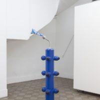 El duchador, 2017. Cardboard, stainless steel, plastics, pumpkin mattes, polymer clay. 180 x 55 x 35 cm. Courtesy: ZMUD gallery. Photo credit: Javier Agustin Rojas
