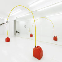 Yiyo Tirado, Sin fín, 2018. Plastic gasoline tanks and metal electrical wire, 90 x 9.5 x 121 inches. Photo courtesy: Raquel Pérez Puig