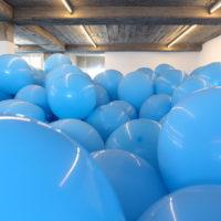 Work No. 247: Half the Air in a Given Space [Obra No. 247: La mitad del aire en un espacio dado], 2000. Globos azules [Blue Ballons]. Cortesía de la Colección Juan y Patricia Vergez, Argentina [Courtesy of Juan & Patricia Vergez Collection, Argentina]
