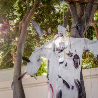 Tetzahue, 2001. Overol de tela, plumas de ave, aves de tela, hojas naturales, circuitos electrónicos y sensores. Imagen cortesía del artista y Museo de Arte Contemporáneo de Oaxaca