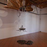 Quimipahtli, 2001. Estructura metálica, papel metálico, corcholatas recicladas, aluminio, circuitos electrónicos y sensores. Dimensiones variables. Imagen cortesía del artista y Museo de Arte Contemporáneo de Oaxaca
