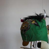 Greetings Zapata Moles 1994, 1994. 4 máquinas de coser intervenidas, máscaras de luchador, cables, sensores, semillas de maíz, bolsa de papel y estampa religiosa. Dimensiones variables. Imagen cortesía del artista y Museo de Arte Contemporáneo de Oaxaca