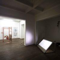 Vista de la exposición Anunciación, en LOCAL Arte Contemporáneo, Santiago, Chile, 2018. Fotografía por Benjamín Matte. Cortesía del Museo del Polvo y LOCAL Arte Contemporáneo