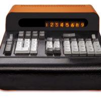 Diseño de INTEC para gabinete para calculadora electrónica de mesa. Pieza restaurada por Fernando Portal para la exhibición Bienes Públicos, en Galería NAC. Imagen cortesía de Galería NAC.alería NAC.