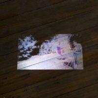 Flavia Contreras, te quiero porque te necesito, video 8'29'', sonido estéreo. proyección sobre vidrio empavonado. Fotografía por Benjamín Matte. Cortesía del Museo del Polvo y LOCAL Arte Contemporáneo