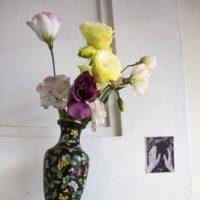 Martina Álvarez, jarrón, flores y fotografía de una flor acariciada. Fotografía por Benjamín Matte. Cortesía del Museo del Polvo y LOCAL Arte Contemporáneo