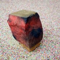 Gwladys Alonso, Sueño 3, piedra y pintura, 33 x 13x27 cm. Cortesía de Galería Mercado Negro