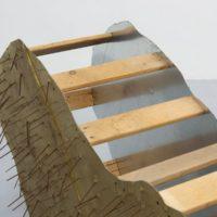 "Territorio maleable, 2018, Galvanized steel, wood , metal nails, vinyl, lacquer and paint, 78x25.5x38"" (detail). Cortesía de Espacio Deslave"