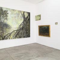 """Vista de la instalación con obras de Francisco """"Taka"""" Fernández, Joaquín Clausell y Francisco Goitia. Cortesía de ESPAC"""