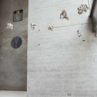 Jorge Eielson y Emilio Rodríguez-Larraín. Vista de la exposición Trans/cis en Revolver Galería, Lima, Perú, 2018. Cortesía de Revolver Galería