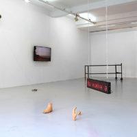 Exposición colectiva. Vista de la exhibición Crónicas de estar y desaparecer, en Galería Gabriela Mistral, Santiago, Chile, 2018. Cortesía deGalería Gabriela Mistral