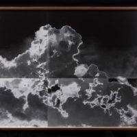 Lisa Oppenheim, A sequence in which a protester thows back a smoke bomb while clashing with police in Ferguson, Missouri. 2014/2015 (Tiled Version I), 2015. Díptico. Fotografía en blanco y negro sobre gelatina de plata expuesta a luz del fuego. Imagen cortesía de Instituto Alumnos