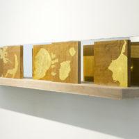 Alejandro Gómez-Arias. Venas de oro Hoja de oro sobre cedro rojo grabado 5 módulos de 23 cm. x 23 cm. cada uno. (2018). Cortesía de Acapulco 62