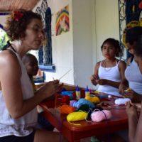 Las actividades dirigidas a niños de la comunidad desarrollaron temas de individualidad, historia familiar, estimulación de la creatividad con la elaboración de un atrapasueños de tejidos, dibujos, yoga y baile. Imagen cortesía de Fundación Paiz.