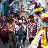 Representación de la danza de los moros y cristianos frente a la municipalidad, con la que inició la participación de Sumpango, Sacatepéquez en las actividades de la 21 Bienal de Arte Paiz. Imagen cortesía de Fundación Paiz.