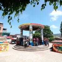 """Restauración de una serie de murales en el Parque Central de San Juan Comalapa, municipio de Chimaltenango; en el marco de su participación en la 21 Bienal de Arte Paiz """"Más Allá"""". Imagen cortesía de Fundación Paiz."""
