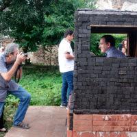 """El 18 de agosto se realizó una visita guiada a """"Dulce Hogar"""", obra de la artista Inés Verdugo, en Concepción 41, Antigua Guatemala, Sacatepéquez, construida en forma de una pequeña casa a partir de bloques de panela. Imagen cortesía de Fundación Paiz."""