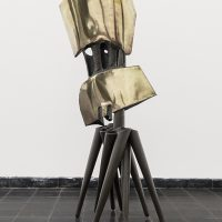 James Metcalf, Athenea As Aegis, 1959. Latón martillado y soldado y hierro de 53.54 x 20.47 x 14.96 pulgadas, 136 x 52 x 38 cm. Escultura. Vista de instalación en House of Gaga, 2018. Foto cortesía de Gaga, Ciudad de México y Los Ángeles
