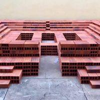 Sara Modiano, Cenotafio (tumba para el arte), 1982. Instalación, 5000 ladrillos. 3 m2. Imagen cortesía de La Usurpadora