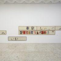 Vista de instalación, Nancy Spero, Paper Mirror, en Museo Tamayo, Ciudad de México, 2018. Imagen cortesía de Museo Tamayo