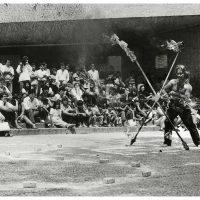Armando Cristeto (Registro de la acción) [Marcos Kurtycz en Ritual Agreste], Explanada del Museo Tamayo, 1987. Foto: Armando Cristeto, Centro de Documentación Arkheia, MUAC, UNAM