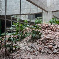 Hugo Vargas y Pablo Prado por REURBANO, Topografía Urbana (2019). Montaña de desperdicios de obra escala uno a uno con espejos y vegetación. ©Ruben Garay / courtesy of guadalajara90210