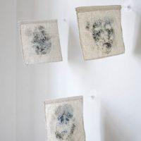 La corte del Rey (2019). 9 imprimaturas de rostro, sobre banderas de lino cubiertas por sal, montadas en barilla de acrílico. Imagen cortesía de Estudio Marte 221°