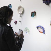 Marisa Raygoza, Se rompió una taza y nadie se fue (2019). Vista de instalación. Imagen cortesía de 206 Arte Contemporáneo