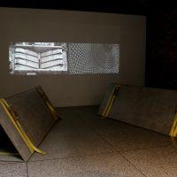 Andrés Valles, Patterns (2019). Videoinstalación: vídeo, madera laminada en fórmica, eslingas. Dimensiones variables. Foto porRicardo Contreras. Imagen cortesía dePLuraL Nodo Cultural