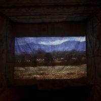 """Lester Rodríguez, Container (2019). Video proyección (2'48"""" min), madera, revestimiento de lona plástica.Foto porRicardo Contreras. Imagen cortesía dePLuraL Nodo Cultural"""