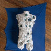 La Enfermedad del Rey (2019). Objeto escultórico: Torso de unicel intervenido, minerales, tela y agua. Imagen cortesía de Estudio Marte 221°