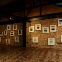 Harrison Tobón, Diario de campo (2019). Instalación: pinturas, vídeos, objetos. Dimensiones variables. Foto porRicardo Contreras. Imagen cortesía dePLuraL Nodo Cultural