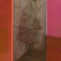 Edades del oro (2019). Tres objetos escultóricos: Capelo de acrílico flourecente y cara en lino. Imagen cortesía de Estudio Marte 221°