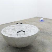 Armando Rosales, Estado actual 2, 2019. Media esfera de concreto, metal, correa de algodón, tornillos y tuercas. Imagen cortesía de ESPAC