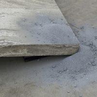 Vista de instalación, Armando Rosales, Séptimo uso de lo ajeno: deseo de suelo, 2019. Mesa de piedra propiedad de ESPAC modificada, polvo de pintura del espacio. Imagen cortesía de ESPAC