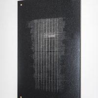 Raura Oblitas, S/T 2 (serie LOTE). Dibujo calado con punta de diamante sobre granito negro. Imagen cortesía de Museo MATE